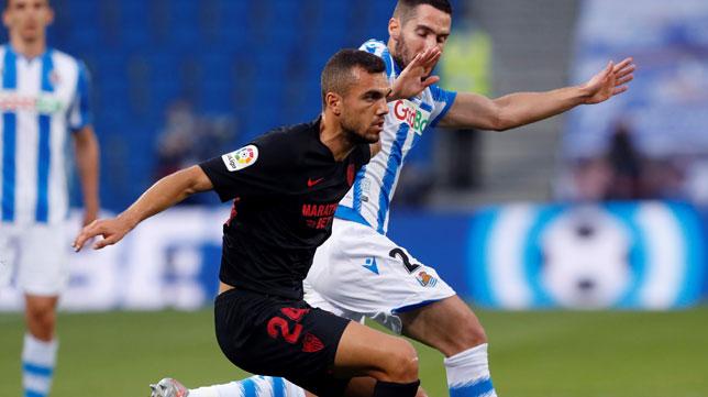 Joan Jordán protege el balón ante Zaldua durante el Real Sociedad-Sevilla (Foto: AFP).