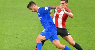 Suso trata de llevarse el balón ante Córdoba en el Athletic-Sevilla (Foto: AFP).