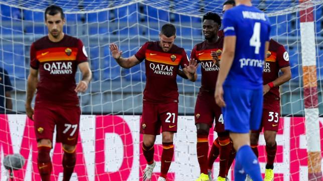 Jordan Veretout celebra uno de sus dos goles de penalti en el Roma-Fiorentina