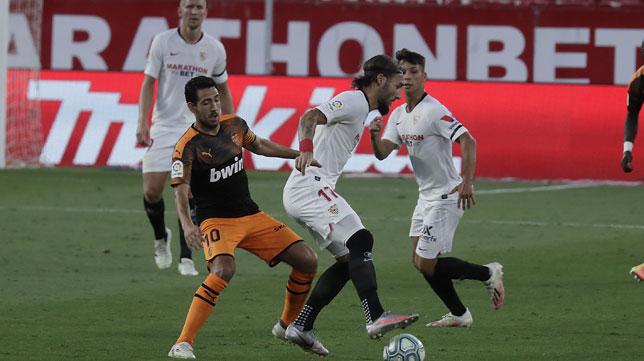 Gudelj protege la pelota ante Dani Parejo durante el Sevilla - Valencia (Foto: Raúl Doblado).