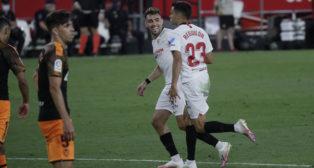 Reguilón corre a celebrar el 1-0 en el Sevilla-Valencia felicitado por Munir (Foto: Raúl Doblado).