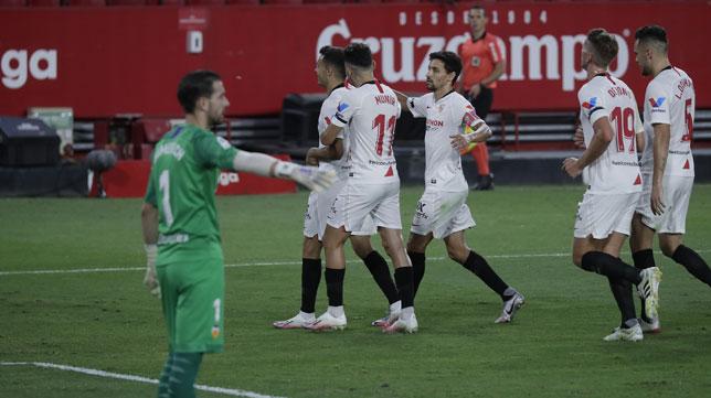 Reguilón celebra con Munir y Jesús Navas el 1-0 en el Sevilla-Valencia (Foto: Raúl Doblado).