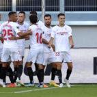 Los jugadores del Sevilla celebran con Reguilón el gol que supuso el 1-0 en el encuentro ante la Roma de la Liga Europa (Foto: AFP).