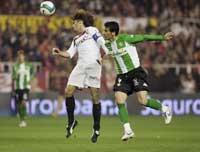 Sevilla FC: Javi navarro se lleva un balón por alto en un derbi de la pasada temporada