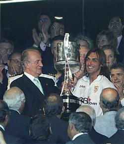 Sevilla FC: Javi Navarro, recogiendo la copa de campeón de España de manos de Su Majestad el Rey