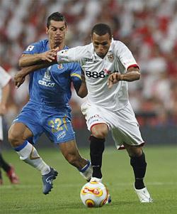 Sevilla FC: Luis Fabiano se lleva a pelota ante Casquero en la pasada final de la Copa del Rey