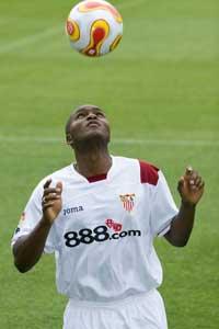 Aquivaldo Mosquera, el central más caro del Sevilla FC, apenas ha saltado al campo