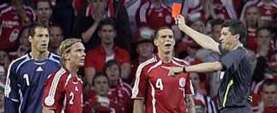 Sevilla FC: Momento en que el árbitro le muestra la tarjeta roja a Poulsen