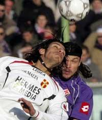 Sevilla FC: Ujfalusi, en segundo término, disputa un balón aéreo con un contrario