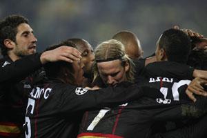 Sevilla FC: Dragutinovic, a la izquierda, celebra conn sus compañeros el gol de Escudé