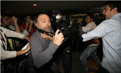 Sevilla FC: Momento en el que el fotógrafo turco Suleyman Arat es agarrado por un policía