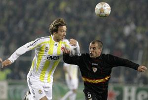 Sevilla FC: Lugano se lleva el balón ante la presencia de Duda