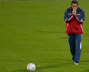 Sevilla FC: Jiménez, durante el frío entrenamiento en Bucarest
