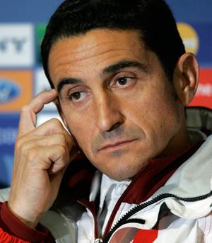 Sevilla FC: Jiménez, durante la rueda de prensa en Estambul
