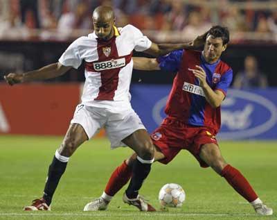 Sevilla FC: Kanouté disputa el balón con un jugador del Steaua de Bucarest