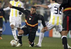 Sevilla FC: Luis Fabiano se lleva el balón pese a la oposición de un jugador turco