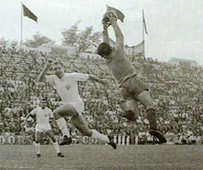 El portero del Benfica, Bastos, se adelanta a Pahuet en un lance del partido