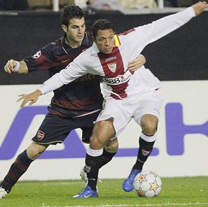 Sevilla FC: Adriano pugna un balón durante el partido