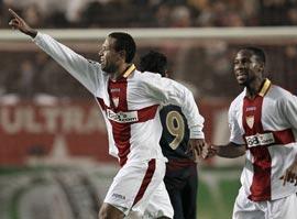 Sevilla FC: Luis Fabiano celebra el gol marcado anoche