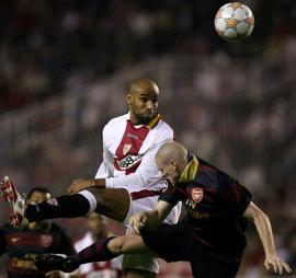 Sevilla FC: Kanouté luchando por un balón aéreo