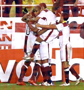 Sevilla FC: Los jugadores sevillistas se abrazan tras el primer gol