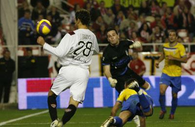 Sevilla FC: Fazio cabecea a la red el 2-0