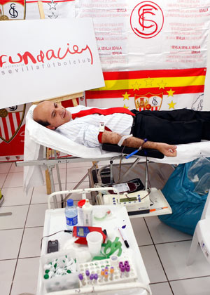 Sevilla FC: Del Nido espera en la camilla para donar sangre