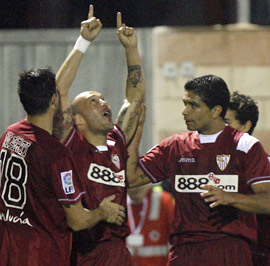 Sevilla FC: Chevantón celebra su gol y es felicitado por sus compañeros