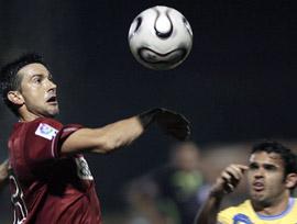 El capitán del Sevilla FC, Martí, lucha contra el Denia por el balón