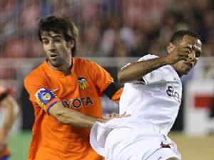 Sevilla FC: Albelda agarra a Luis Fabiano en el partido de Liga de esta temporada