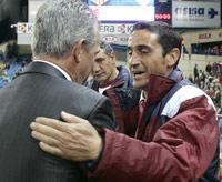 Sevilla FC: Jiménez saluda a Javier Aguirre al inicio del partido