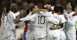 Sevilla FC: Los jugadores celebran uno de los goles de ayer