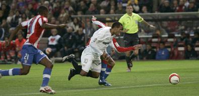 Sevilla FC: Luis Fabiano estuvo fuertemente presionado
