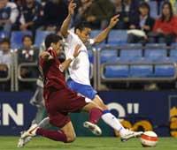 Sevilla FC: Boulahrouz pelea por un balón con Oliveira en el partido de ayer
