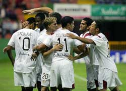 Sevilla FC: Los jugadores sevillistas celebran el primer gol de Luis Fabiano