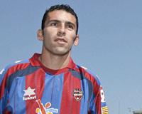 David Castedo, antiguo jugador del Sevilla FC, con la camiseta del Levante