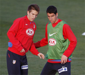 Sevilla FC: Ignacio Camacho, a la izquierda, durante un entrenamiento del equipo colchonero junto a Raúl García