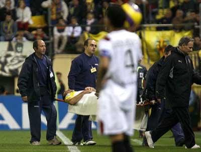 Sevilla FC: Josico abandona en camilla el terreno de juego en presencia de Alves, poco antes de que éste fuese expulsado