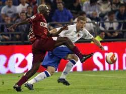 Sevilla FC: Koné disputa un balón en el partido ante el Zaragoza de anoche