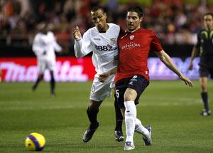 Sevilla FC: Javi García lucha con Luis Fabiano durante el partido del sábado