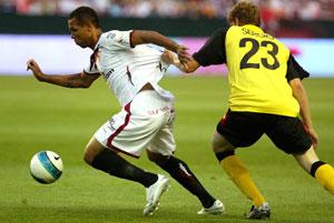 Sevilla FC: Luis Fabiano se marcha de Sergio en carrera para anotar el primer gol del encuentro de la campaña pasada