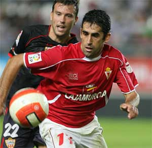 Sevilla FC: El ex sevillista Gallardo, que podría no ser titular, en un partido con su actual equipo, el Real Murcia
