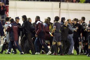 Sevilla FC: Un momento de la trifulca del final del partido