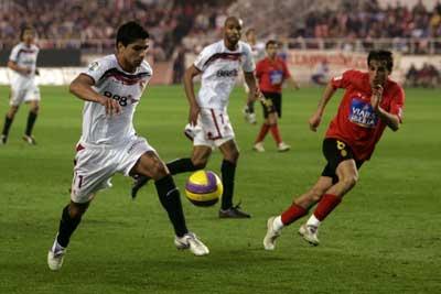 Sevilla FC: Renato conduce la pelota en el partido contra el Mallorca de la pasada temporada