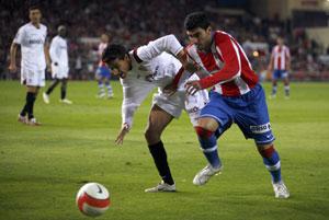 Sevilla FC: Reyes disputa un balón con Jesús Navas en el partido de la primera vuelta