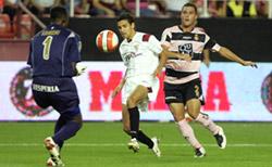 Sevilla FC: Un momento del partido de la primera vuelta, en el que el Español se impuso por 2-3