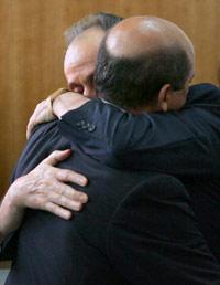 Del Nido y Lopera en un fuerte abrazo
