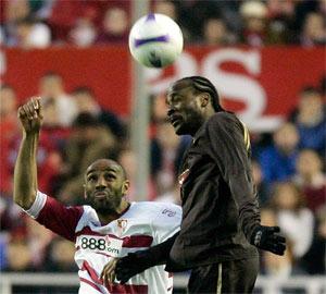 Sevilla FC: Chimbonda gana en el salto a Kanouté en el partido de ida de cuartos de final de la Copa de la UEFA de la temporada pasada