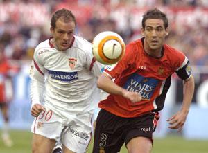 Sevilla FC: Fernando Navarro disputa un balón con el entonces sevillista Kepa Blanco en un partido de hace dos temporadas