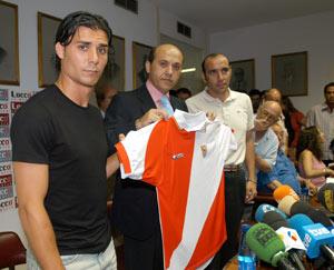 Sevilla FC: Fernando Sales Del Nido y Monchi, el día de la presentación del jugador del Parque Alcosa